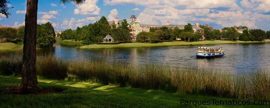 Los Huéspedes de Disney's Saratoga Springs Resort & Spa pueden disfrutar de un paseo acuático de cortesía a Downtown Disney Marketplace en monorriel. Vista un ferry navegando en el río Sassagoula, desde una ribera cubierta de hierbas