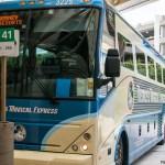 El autobús esperando en el aropuerto de MCO, Orlando para llevarte a tu hotel Disney
