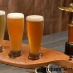 Ninguna visita al piloto aventurero de Jock Lindsey's Hangar Bar sería completa sin una degustación de refrescantes cervezas.