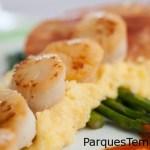 Siente el sabor del océano con las deliciosas vieiras de mar a la sartén con polenta cremosa, espárragos, crocantes de jamón crudo y vinagreta de tomate. Vieiras doradas a la sartén con polenta, espárragos y crocante de prosciutto