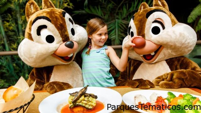 Conoce a Chip y Dale y a otros de los personajes favoritos de Disney en el The Garden Grill de Epcot. Una niña está parada entre Chip y Dale y le aprieta a Dale la gran nariz roja en el restaurante The Garden Grill