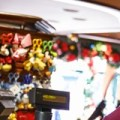 Para disfrutar de una experiencia de compras más relajante y cómoda, no olvides seguir estas valiosas recomendaciones: Aprovecha el estacionamiento sin costo y entrada gratis al Área de Disney Springs. Si te hospedas en un hotel Resort Disney, disfrutarás de una variedad de beneficios exclusivos: Transporte gratis por todo Walt Disney World Resort. Entrega gratis de tus compras directamente a la habitación de tu hotel. La posibilidad de usar tu pulsera MagicBand para cargar tus compras a la cuenta de tu hotel Resort Disney (solo disponible durante tu estadía en el hotel) No olvides que debes tener admisión válida si también quieres visitar los Parques Temáticos.