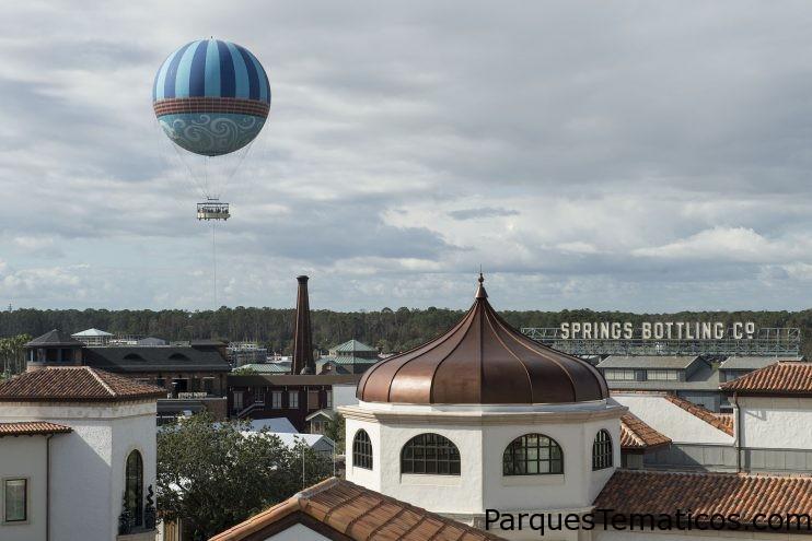 El globo de personajes en vuelo se eleva por encima de Disney Springs