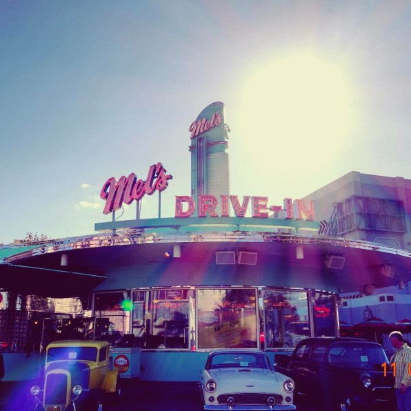 Mel's Drive-In un clásico de clásicos para comer las mejores hamburguesas al estilo de los años '50 @melsdrivein Rock around the clock at this '50s drive-in featuring golden oldies on the jukebox and delicious Burgers and Fries, Chicken Sandwiches, Chicken Fingers, Onion Rings, Root Beer Floats and Frosty Milk Shakes.