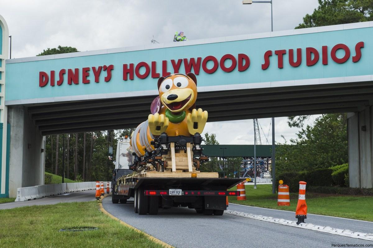 El primer vehículo de Slinky Dog Dash Ride llega a Disney's Hollywood Studios