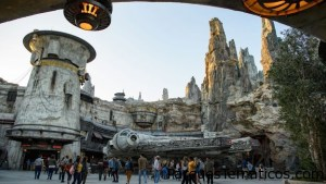 Video recorriendo Star Wars: Galaxy's Edge en Disneyland