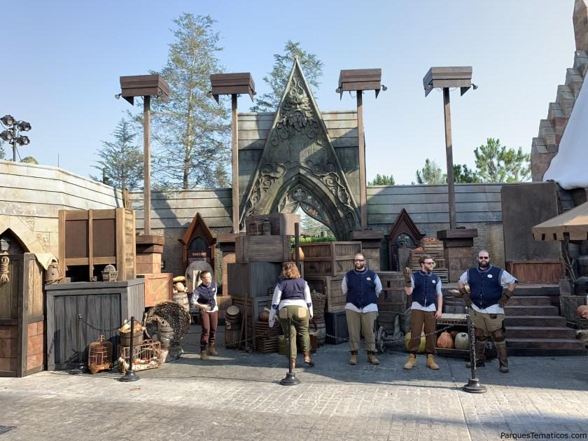 Personal custodiando la entrada a la nueva atracción de  Hagrid's Magical Creatures Motorbike Adventure