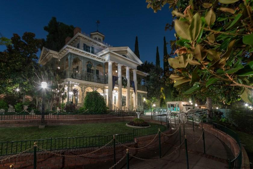 Repasamos los 50 años terroríficos de Haunted Mansion en Disneyland Resort