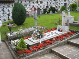 La tomba di don Antonio nel cimitero di Premolo prima della riesumazione