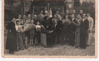 L'organista Titta Antonio con la Schola Cantorum