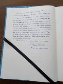 Dedicatoria en el libro de firmas