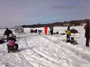 Ice-fishing-group-on-The-Bi