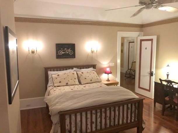 queen bed in room 4
