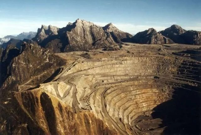 La mine de Grasberg en papouasie occidentale. Explotations, expulsions, meurtres et pollutions l'accompagnent...
