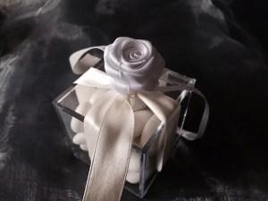 scatolina trasparente con confetti nastro e rosa bianca