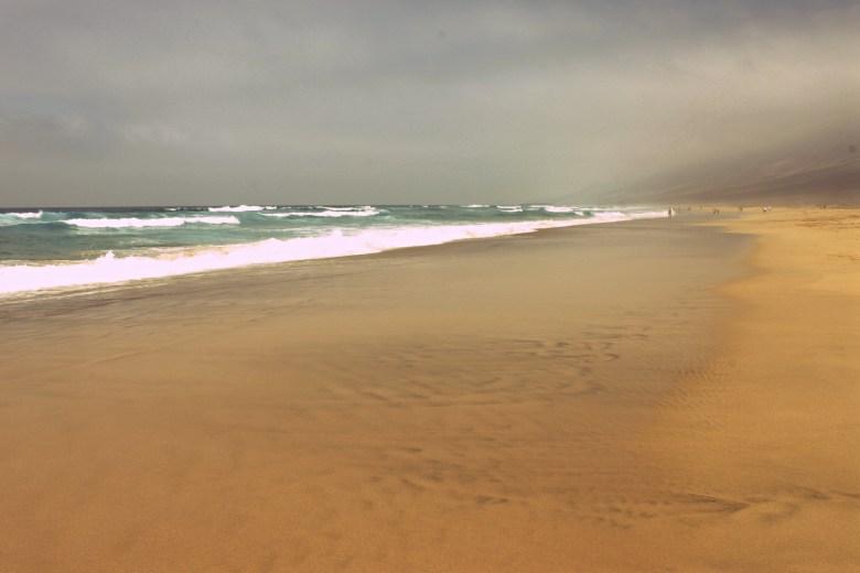 Playa de Cofete avvolta da un'atmosfera surreale, Fuerteventura