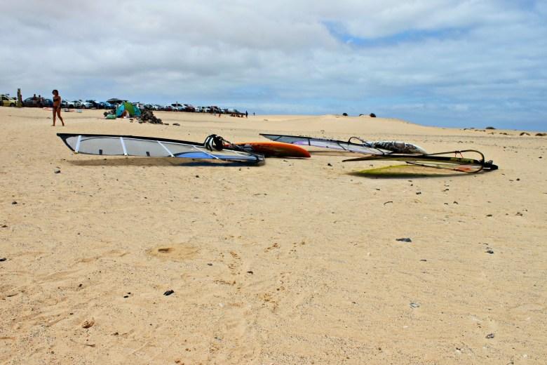 Tavole di windsurf adagiate sulla sabbia