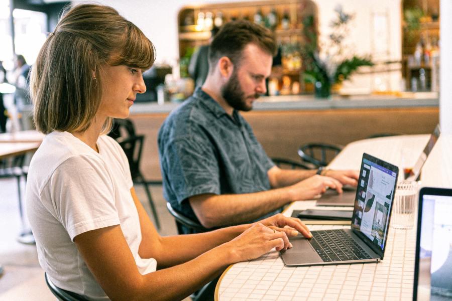 nomadi digitali lavorando in un coworking