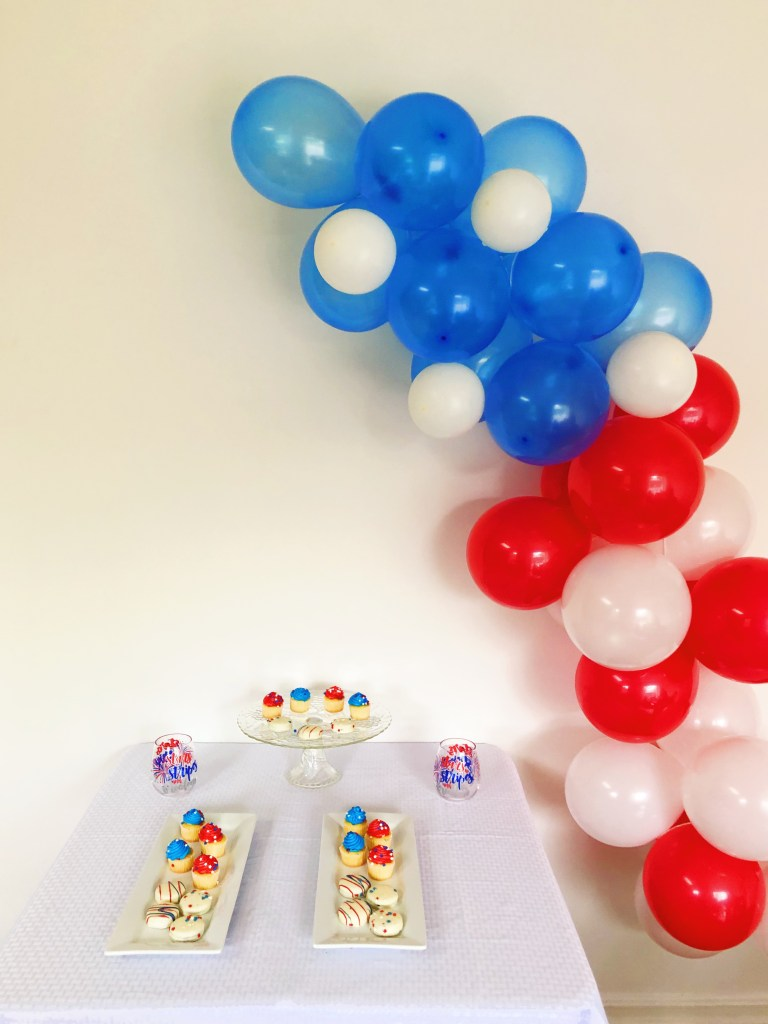 Wanting to add a little something to your patriotic party coming up? This simple balloon garland is a great place to start and it's super easy for beginning balloon artists.