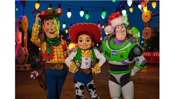 Espiadinha na decoração de natal da Toy Story Land