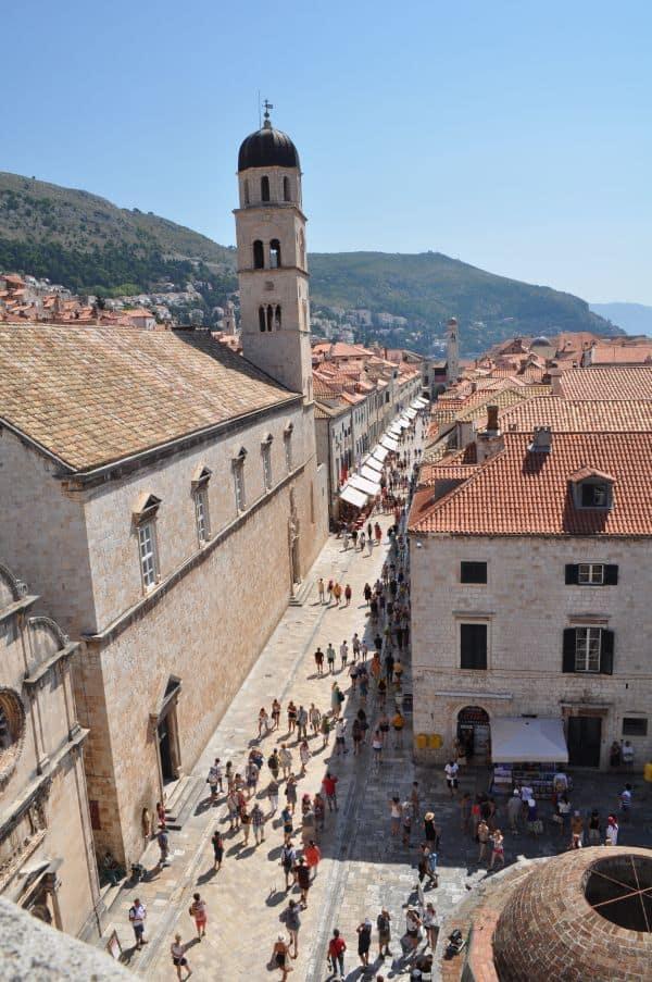 Vista da praça na entrada principal da cidade antiga de Dubrovnik de cima dos Muros da cidade :)