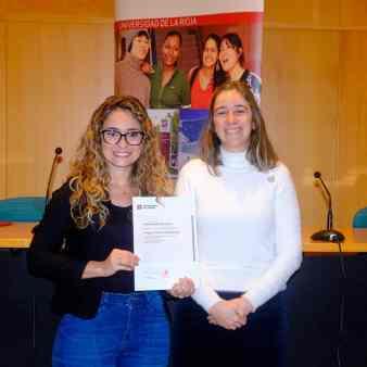 Thaina Garbino na esquerda com seu certificado da bolsa do curso da Universidad de La rioja, na espanha