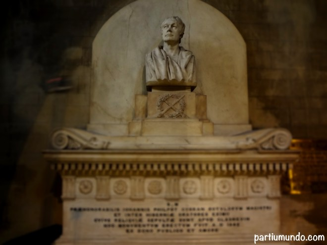 Busto em mármore branco do Ilustre John Curran, Mestre das escrituras, mandado construir em 1842 com contribuições públicas. Ele era o pai de Sarah Curran, amante de Robert Emmet (um patriota bastante comentado nos nossos posts).