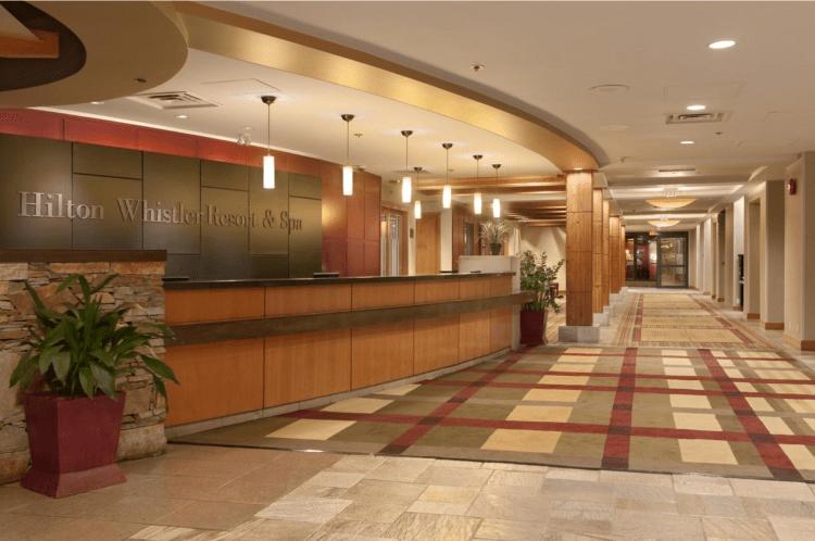 onde se hospedar em whistler - Hilton reception