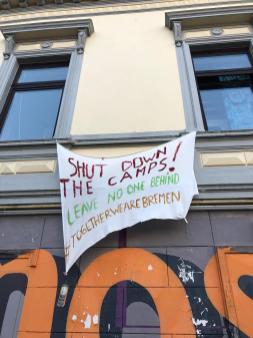 Eine der wenigen Möglichkeiten politisch zu Demonstrieren. Aus vielen Fenster hängen Banner. ,,Leave no one behind'' bedeutet dass niemand vergessen oder zurückgelassen werden soll. In diesem Fall wird die Schließung von Flüchtlingslagern gefordert. Wir sollten aber auch ältere Menschen oder auch Obdachlose nicht vergessen. Deutschland, Bremen (Foto Klaara Teetz)