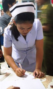 4.23 - Vientiane - MCH - Nurse taking information