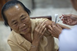 4.23 - Vientiane - MCH - UPS - older woman being vaccinated