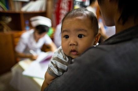 4.23 - Vientiane - MCH - UPS - baby on shoulder