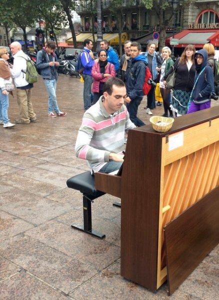 Pianist-in-Place-Saint-Michel-Paris