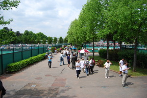 Promenade to the outside courts