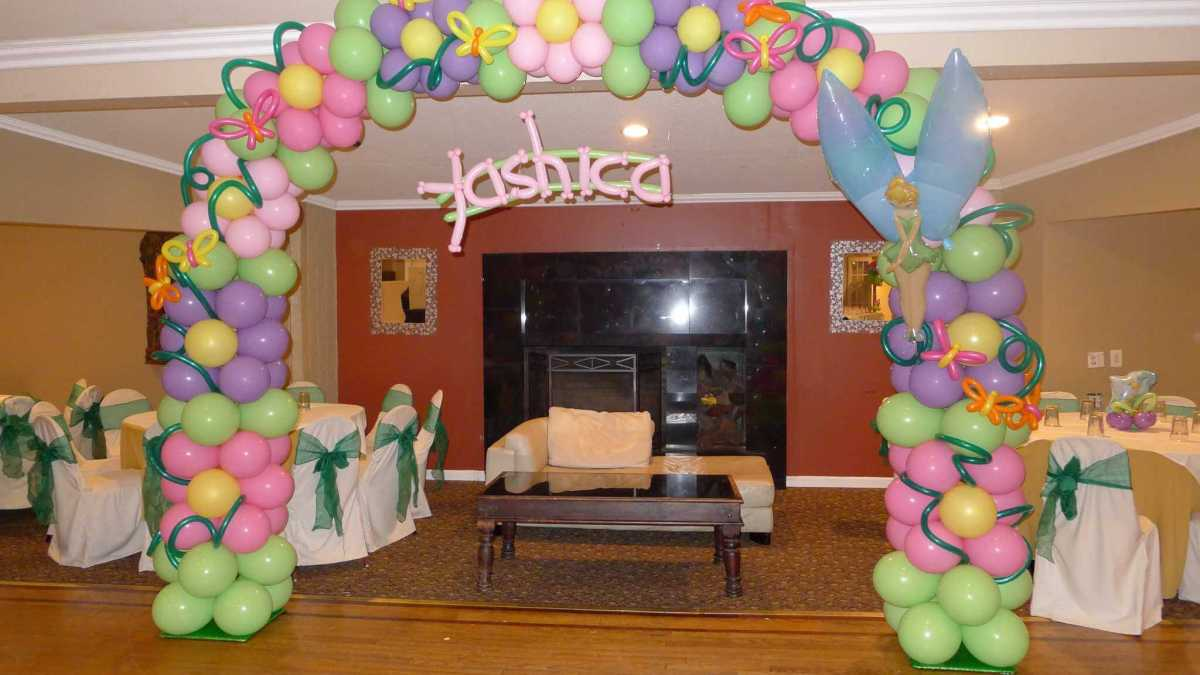 Flower patterned arch for Tinkerbell - themed birthday, personalized with name