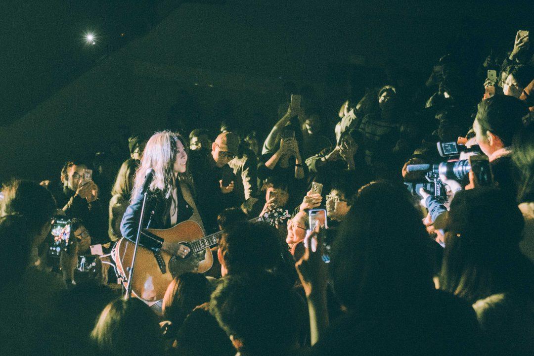 陳綺貞一個人一把吉他演出 用音樂征服觀眾
