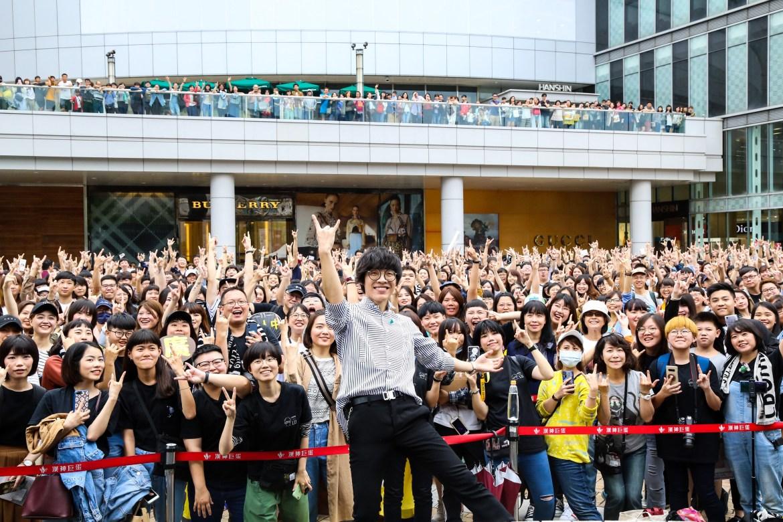盧廣仲南下高雄舉辦簽名會 盧媽媽假扮歌迷驚喜現身