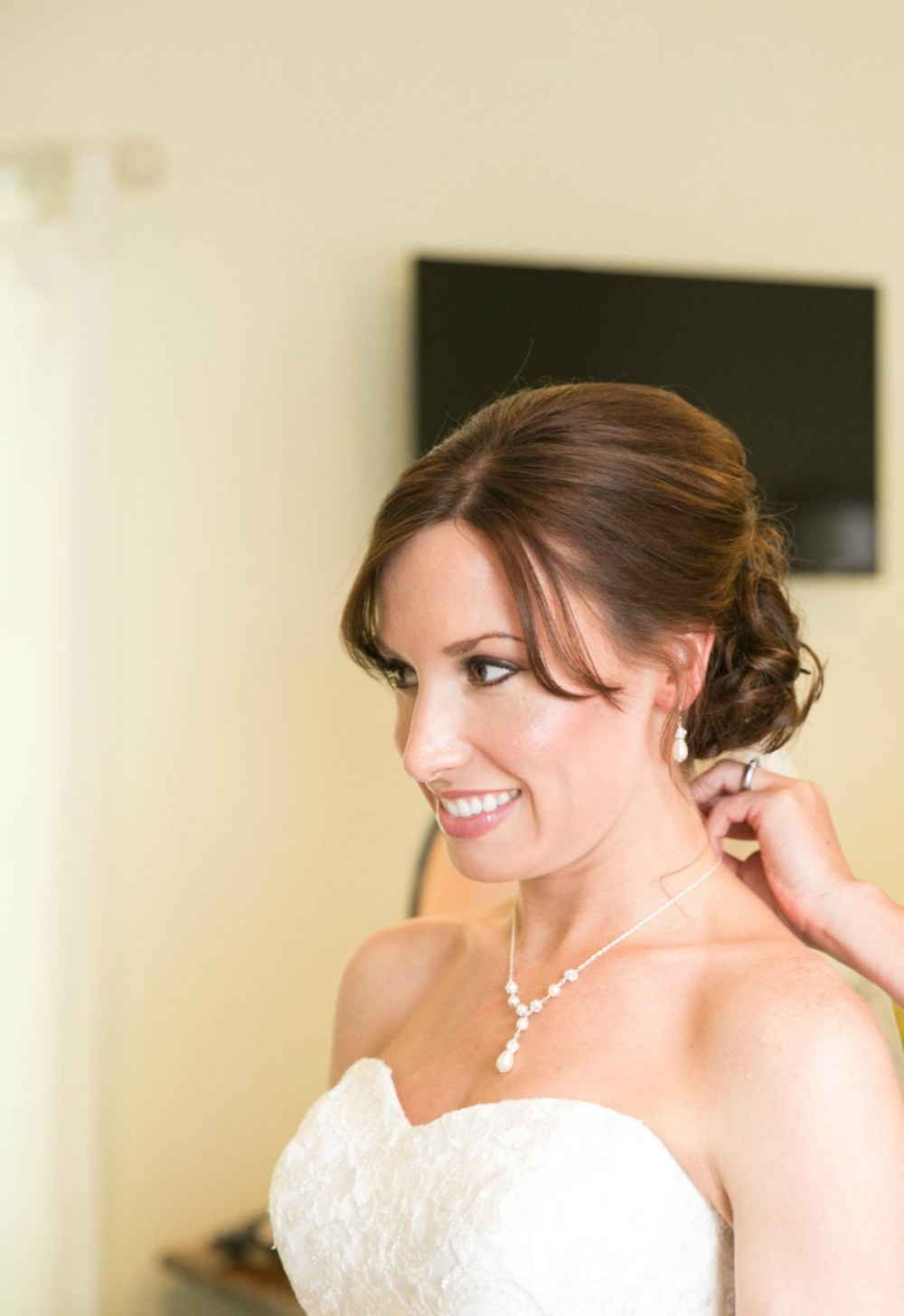 Evelyn_Stylish Silver Bridal Necklace with Pearls and Crystals