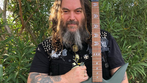 Max Cavelera posando con su guitarra
