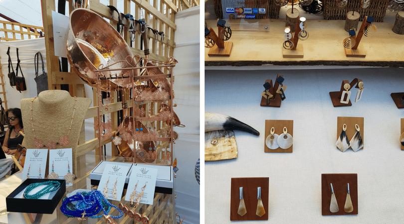 """A la izquierda la artesanía de """"Mano Pura"""" llevada a cabo por personas con Parkinson, a la derecha artesanía en cacho de buey"""