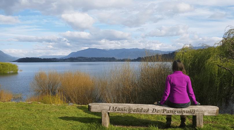 La tranquilidad de caminar a orillas del lago Panguipulli no tiene precio
