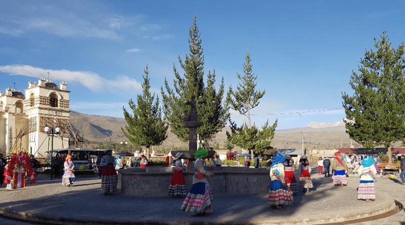 Chivay, su plaza, su iglesia y los bailes típicos