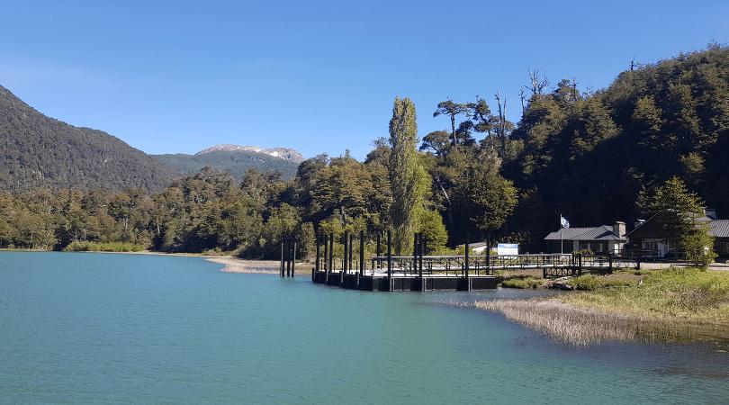 El color verde del lago frías es todo un espectáculo, atrás migración argentina