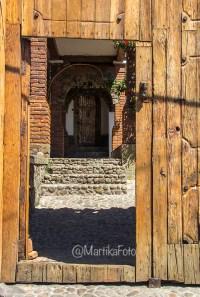 Una casa con una entrada tipica de la zona, muy bonita para mostrar en foto.