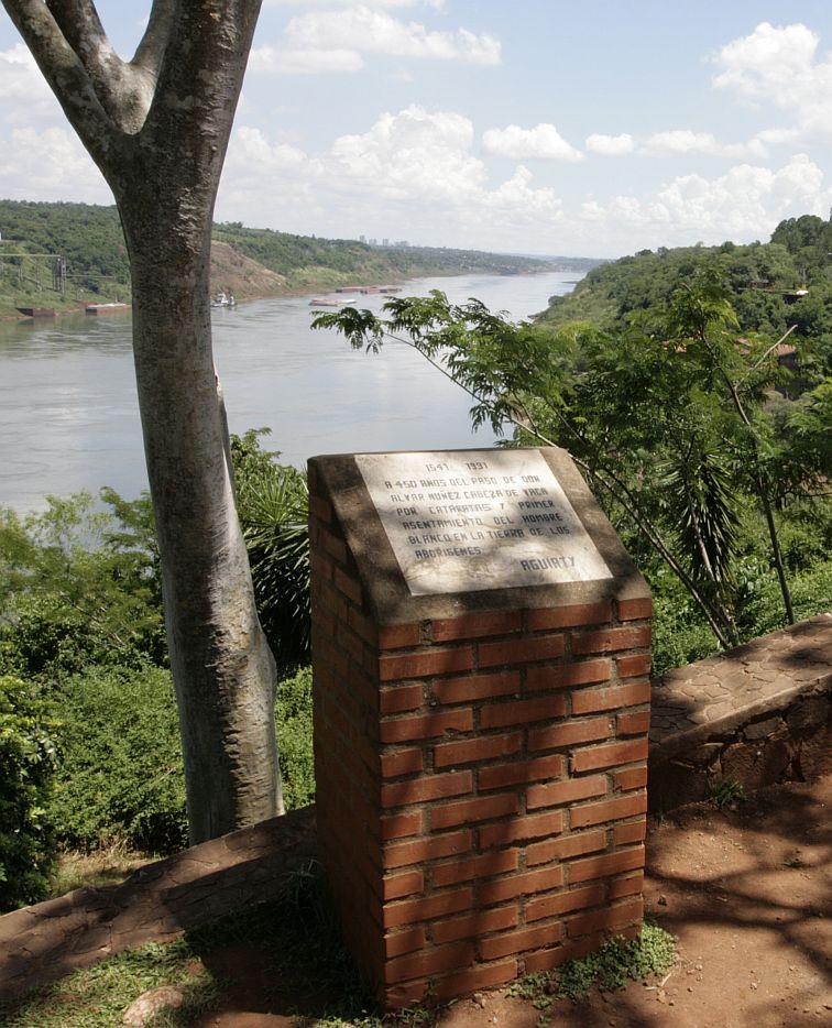 Paminklas Argentinoje, kaireje Paranos upes puseje Paragvajus, desineje  - Brazilija