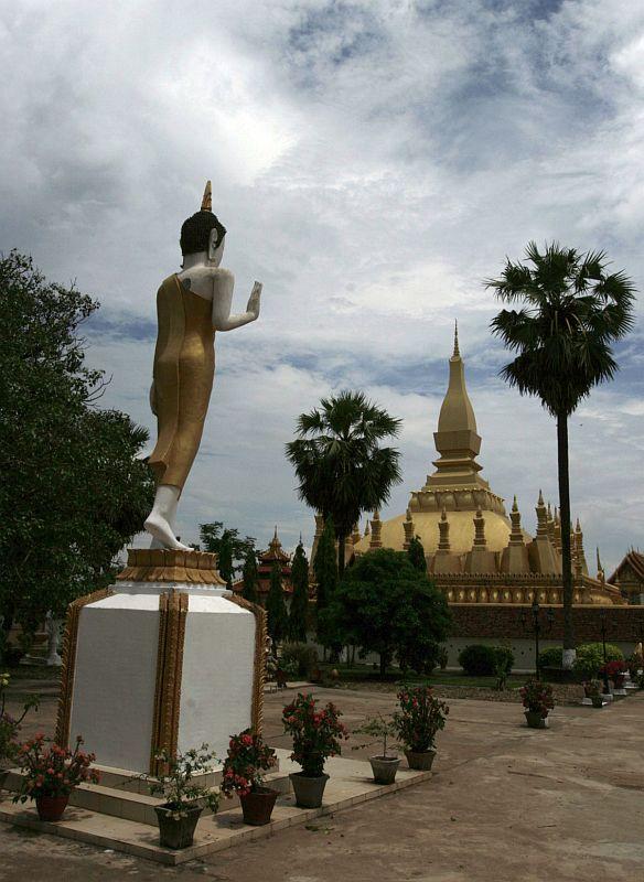 Auksinė Phat Thah Kuang (tolumoje) - didžiausia Laoso šventovė, kaip mums Vilniaus Katedra arba vietnamiečiams Ho Chi Minh'o mauzoliejus.