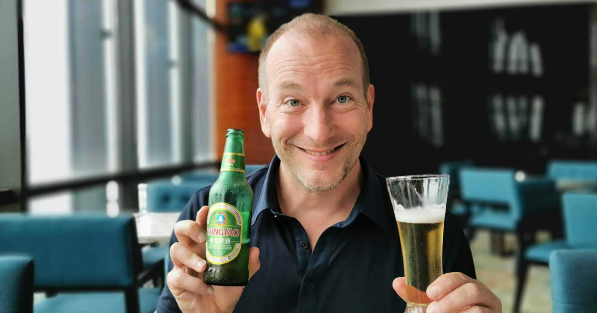 Pascal boit de la bière chinoise