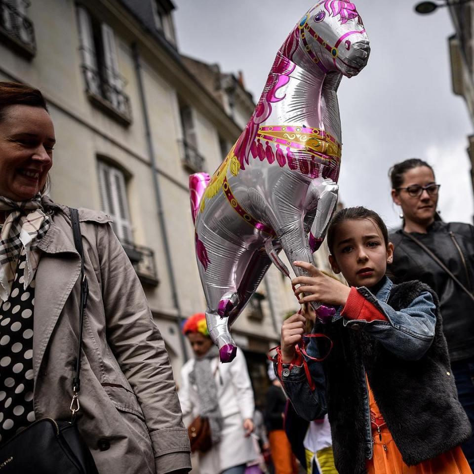 #streetphotography #carnaval #surprised #horse #littlegirl #girl #mother #gift #helium #parade #instagood #instadaily #picoftheday