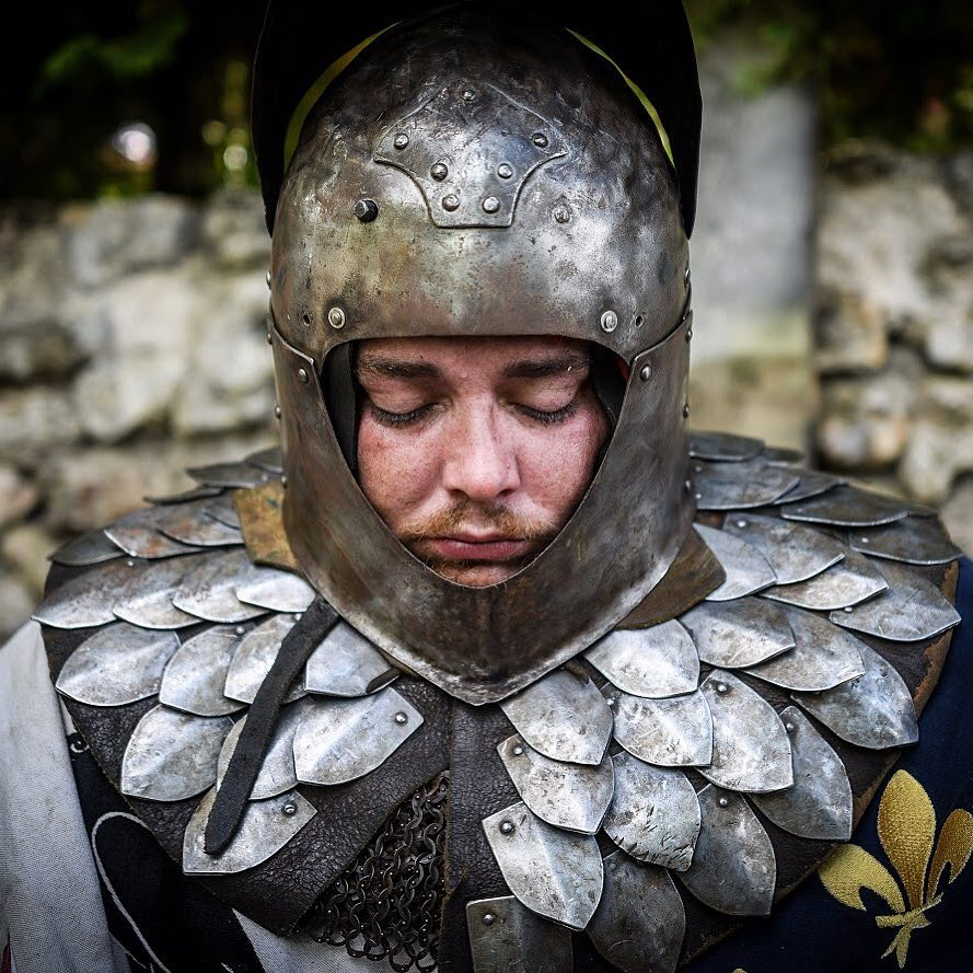 An armored medieval knight is waiting for the next fight at @leshistoriques festival. Photo Pascal Montagne #leshistoriques2018 #knight #medieval #medievaltimes #armor #history #helmet #chainmail #fight #dailypic #portrait #portraitphotography #portraiture #instalike #instagood #instadaily