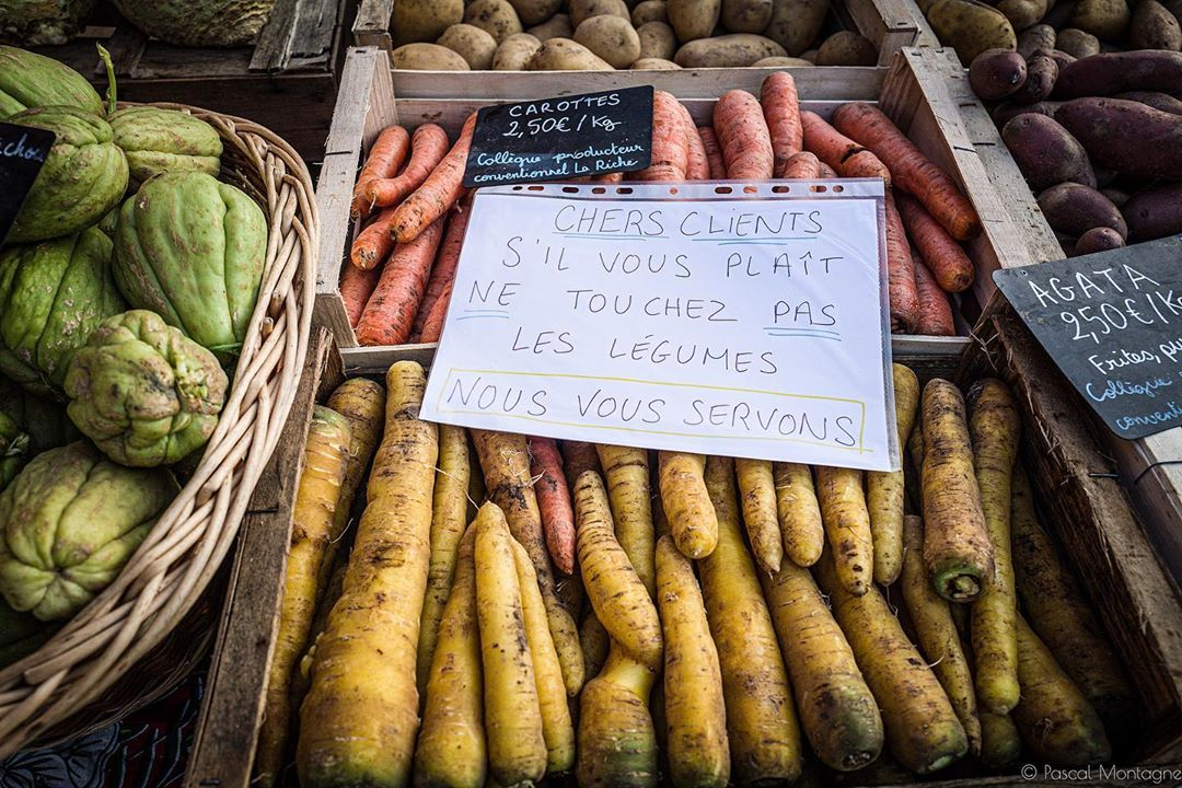 Confinement – day 2 – markets are open, a sign « please, don't touch » on vegetables #France #confinement #vegetables #carotte #carrot #yellow #sign #forbidden #covid_19 #coronavirus @villedetours